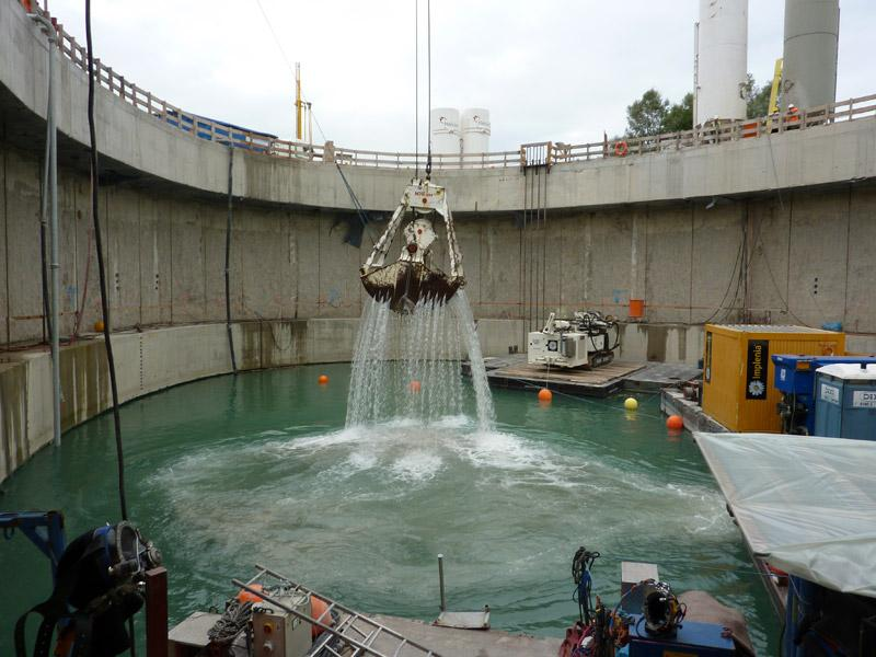 Máy đang xử lý nước thải thông qua quá trình vật lý và hóa học